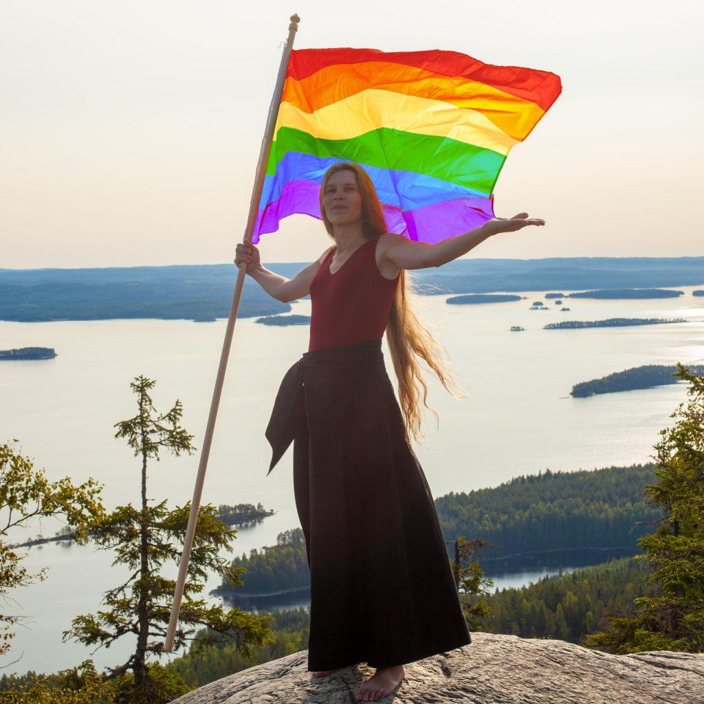 Kolin kansallismaisemassa Suomi-neito sateenkaaren väreissä.