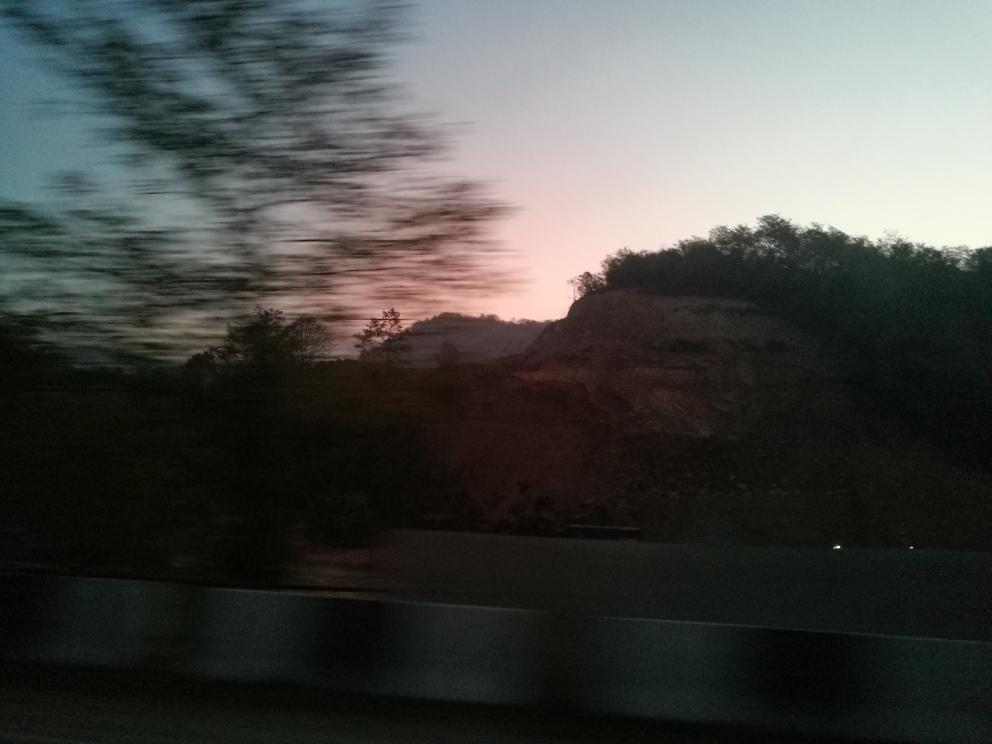 Aamu sarastaa kaikesta huolimatta hieman ennen Kutaisia...